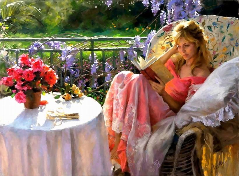Красивая девушка за чтением книги